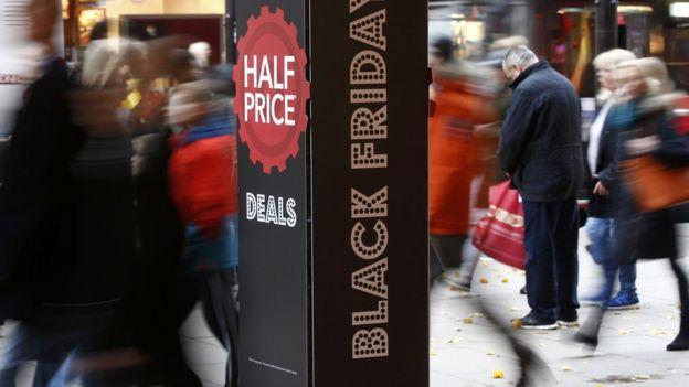 Compradores en el Black Friday