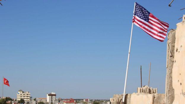 Tel Abyad'da dalgalanan Türk ve Amerikan bayrakları