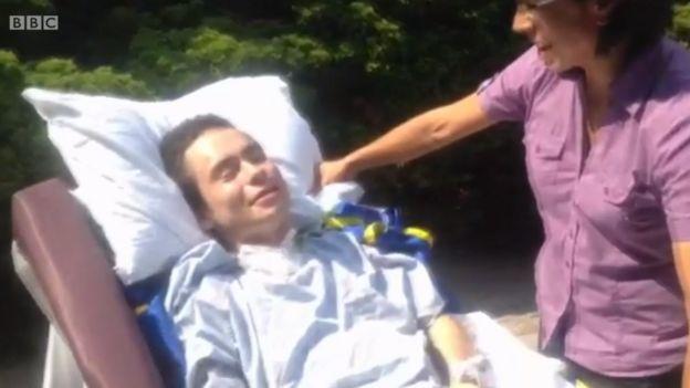 Juan Torres en el exterior del hospital, sonriendo por primera vez junto a su madre