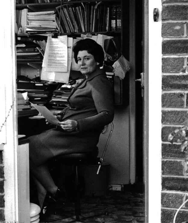 Diane Munday, en su escritorio en los 60.