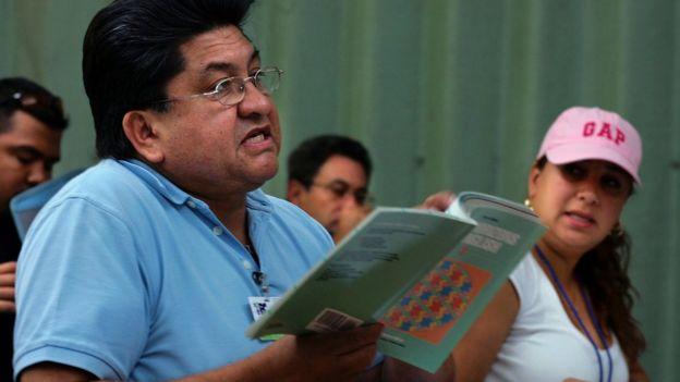 Un hombre latino estudia inglés en una escuela de Miami, Florida, Estados Unidos.