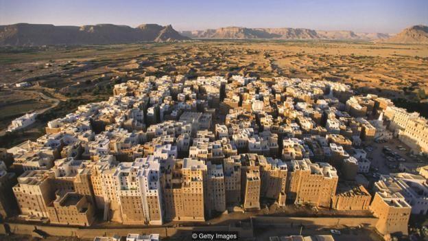 Shibam ở Yemen gồm rải rác các công trình tháp bằng gạch đất xây từ những năm 1500