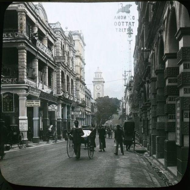 由利源東街東望皇后大道中,正中的畢打街鐘塔於1913年拆卸。