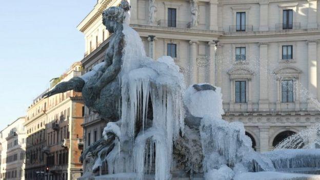Una fuente cubierta de hielo en Roma, el nueve de enero de 2017.