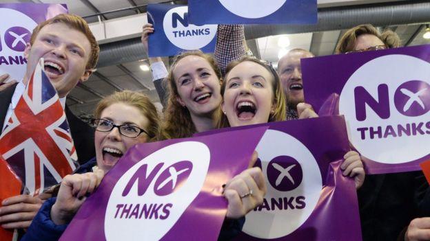 Jóvenes celebrando el resultado del referendo de Escocia de 2014