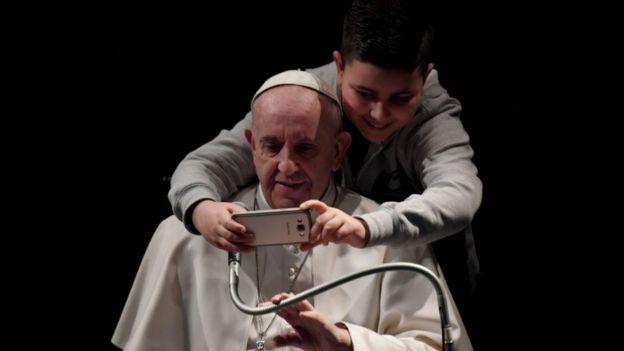 Papa Francisco junto a un joven