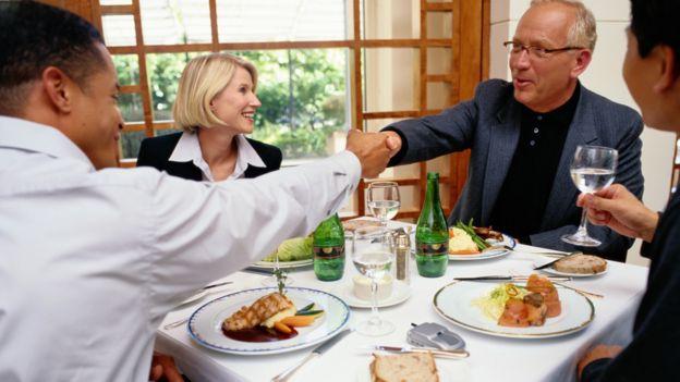 Qué no debes hacer en una comida de negocios (si no quieres arruinarla)