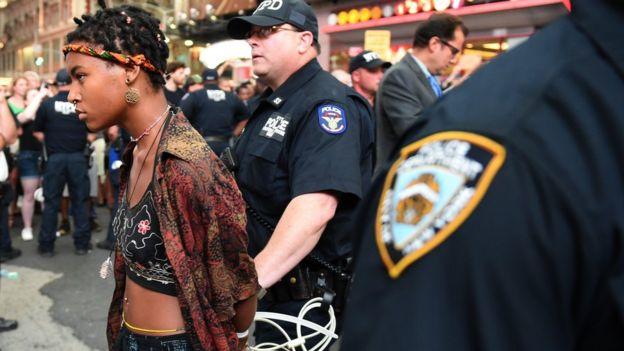 Una mujer es esposada durante la protesta de este jueves en Nueva York