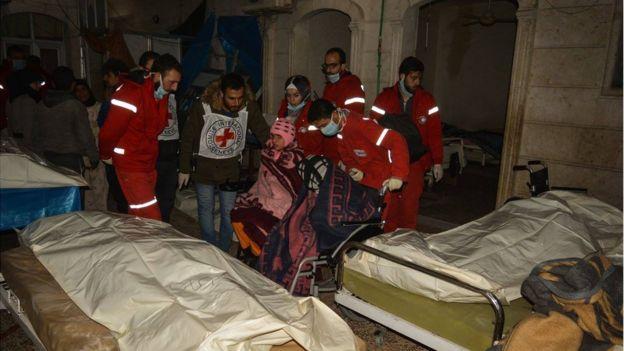 Médicos de la Cruz Roja y la Media Luna Roja en un antiguo asilo en Alepo