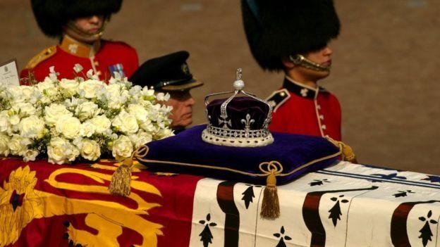 تاج ملکه مادر که بر روی تابوتش قرار دارد و در طول تشیعه جنازهاش نمایش داده میشود