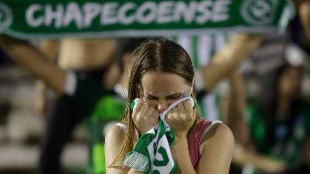 Hincha del Chapecoense llora tras la tragedia.