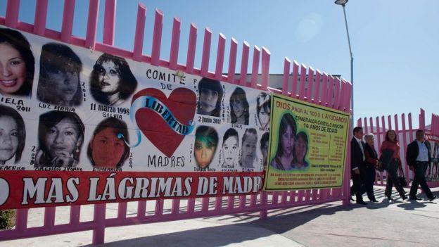 Cartel en Ciudad Juárez que recuerda a mujeres asesinadas o desaparecidas