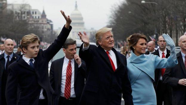 Barron Trump camina con su padre y su madre por la avenida Pensilvania durante la toma de posesión el pasado 20 de enero.