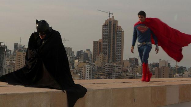 Actores disfrazados de Batman y Superman