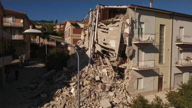 Destroços do terremoto em Nórcia
