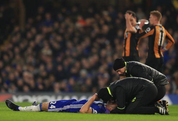 Cahill es atendido en el suelo