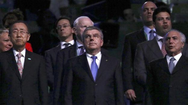 El presidente del COI, Thomas Bach, centro, y el presidente interino de Brasil, Michel Temer (derecha).