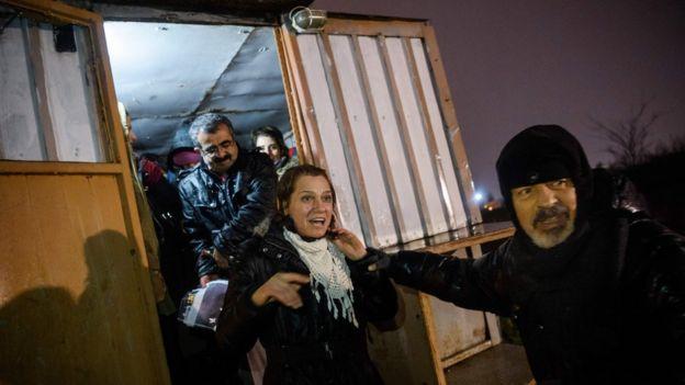 Aslı Erdoğan'ın 29 Kasım'da İstanbul Bakırköy Kadın Kapalı Cezaevi'nden tahliye edildiği an