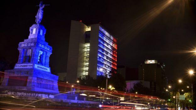 El edificio del Senado de México iluminado con los colores de la bandera de Francia, en solidaridad con las víctimas del ataque en Niza