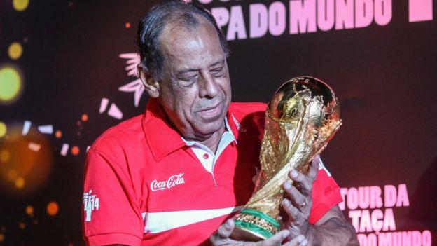 Carlos Alberto con la Copa del Mundo.