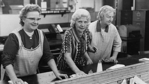 Три пожилые уборщицы