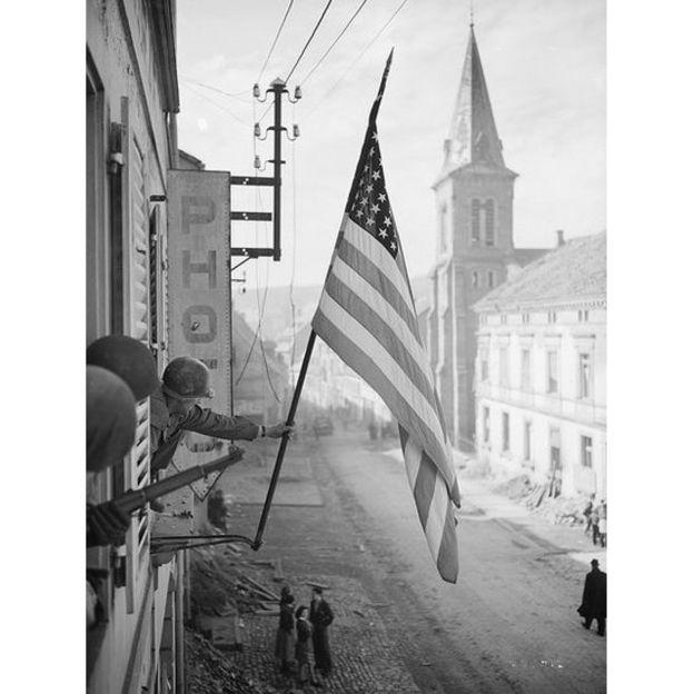 Bandeira americana é hasteada no norte da França após a vitória sobre os alemães