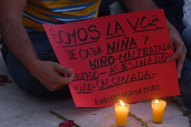 Cartel que reclama justicia por las 40 niñas quemadas en el Hogar Seguro Virgen de la Asunción de Guatemala.