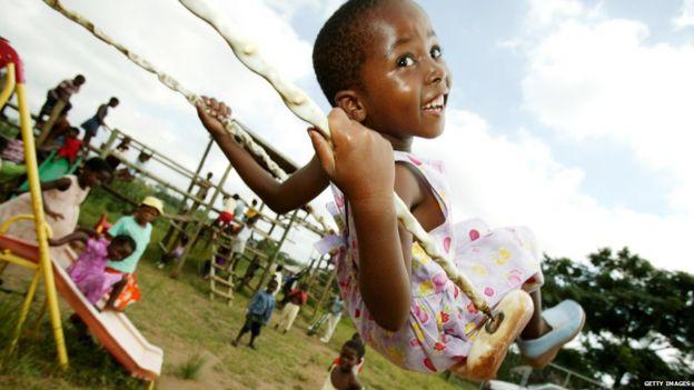 Una niña se columpia en una guardería en Richards Bay, Sudáfrica