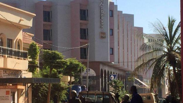 Malian troops take up positions outside the Radisson Blu hotel in Bamako on 20 November 2015