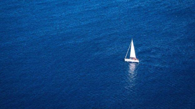 Denizde yelkenli