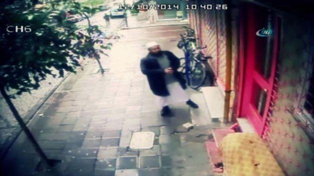 عبدالله بخاری، روحانی ازبک، جلوی در مدرسه اسلامی در استانبول، لحظاتی پیش از قتل