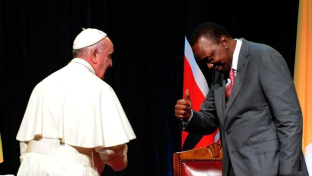Presiden Kenya Uhuru Kenyatta (R) memberikan acungan Francisco State House di Nairobi 25 November2015