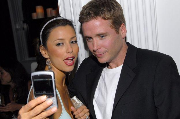 La actriz Eva Longoria y el actor Kevin Conolly en la fiesta de presentación del Blackberry Curve en 2007.