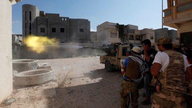 Members of Libyan forces allied with the UN-backed government fire a weapon towards Islamic State militants in neighbourhood Number One in central Sirte, Libya (August 28, 2016)