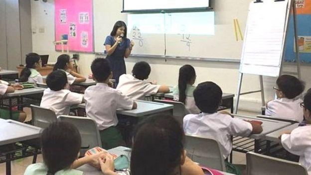 Maestra en una clase de matemáticas