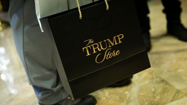 Un visitante con una bolsa de