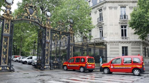 Vehicles of firefigthers are parked at the entrance of the Parc Monceau on 18 May 2016, after 11 people were struck by lightning there