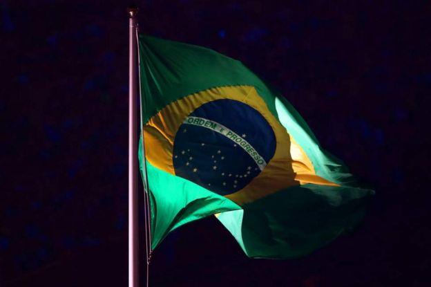 Bendera ya Brazil ikipepea nje ya ukumbi wa sherehe za ufunguzi wa michezo hiyo