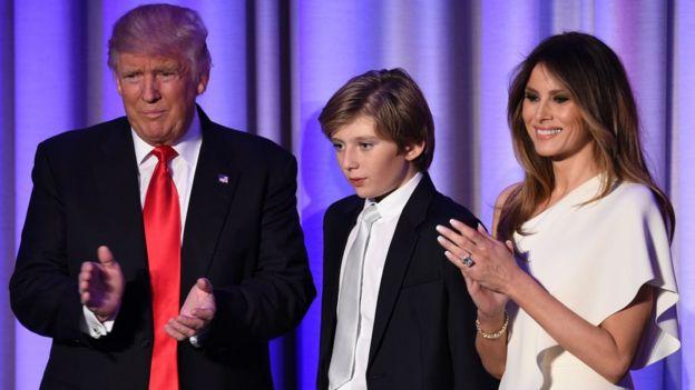 Donald Trump, su hijo menor Barron y su esposa Melania.