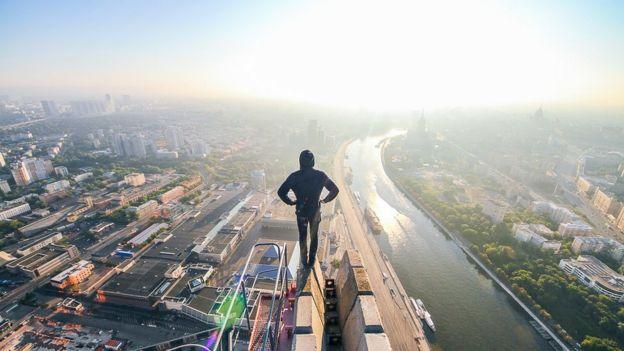 Kirill se ha subido a lo alto de prácticamente todos los edificios de Moscú.