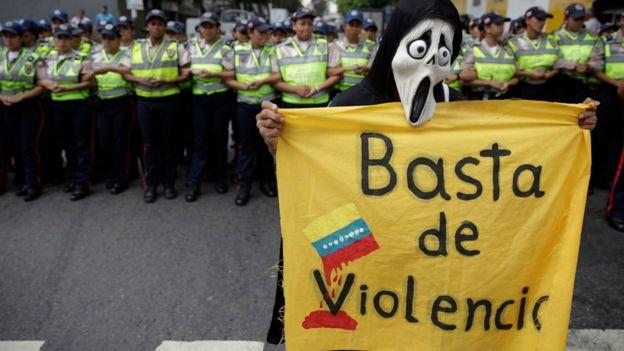 Un manifestante con un cartel de