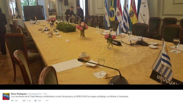 La foto que publicó Delcy Rodríguez en su Twitter de la mesa vacía.