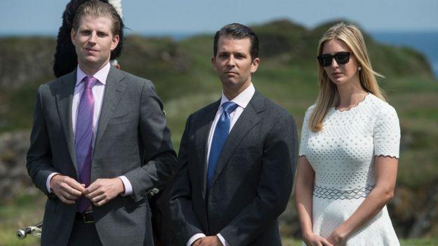 Eric, Donald Jr e Ivanka Trump en un campo de golf del padre en Escocia.