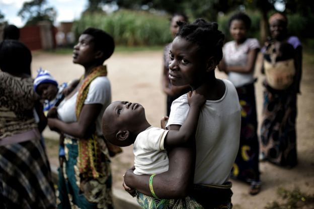 A woman holds her baby in Lilongwe (March 2016)