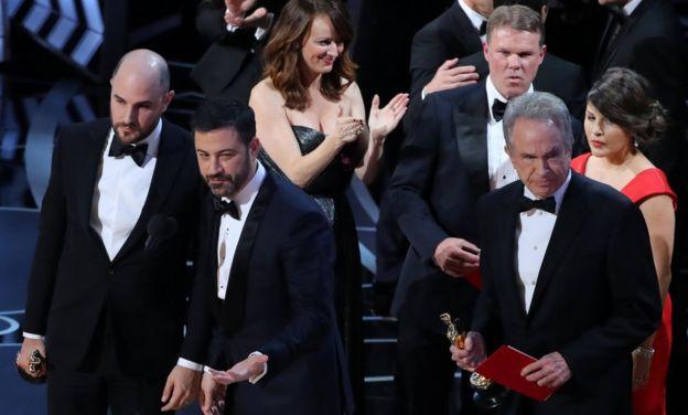 Jordan Horowitz, Jimmy Kimmel, Warren Beatty, Brian Cullinan y Martha Ruiz