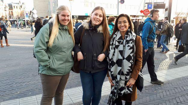 Bersama temannya, Rachel Manuhutu (kanan berkacamata) bersemangat menggunakan hak pilih mereka yang pertama.