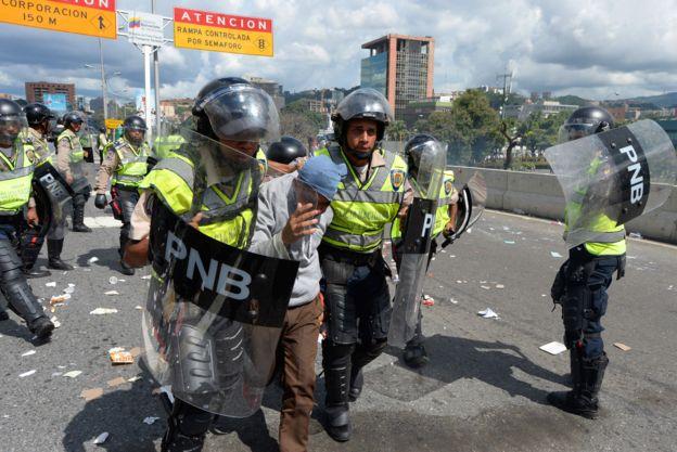 Aunque la protesta fue marcadamente pacífica, hubo algún foco de enfrentamiento entre manifestantes y policía.