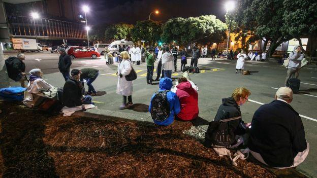 Gente en la calle tras el terremoto, en Wellington, Nueva Zelanda.