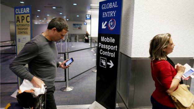 Punto de control de pasaportes en Miami
