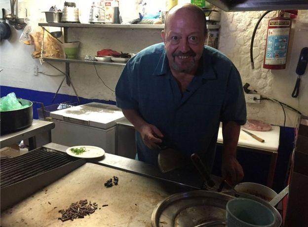 Alejandro Escalante em sua cozinha